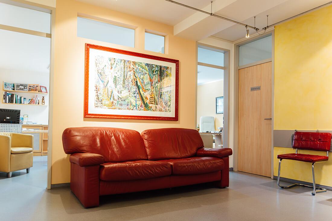 Hausarzt Ampfing - Feige - Sofa im Wartezimmer unserer Praxis